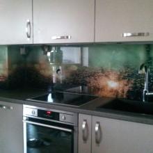 Foto plėvelė stiklui tarp virtuvės spintelių