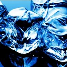 Stiklas tarp spintelių virtuvės balduose 145