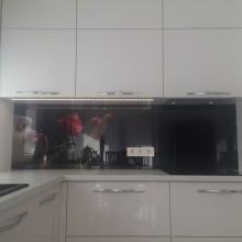 Stiklas virtuvėje su vaizdu