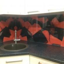 Stiklas tarp virtuvės spintelių