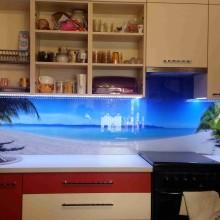 Stiklas tarp virtuves spinteliu